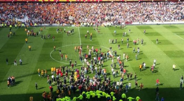 Σοκ για Τασουλή – «Ντου» των οπαδών της Λανς στον αγωνιστικό χώρο και διακοπή! (vid) | Panathinaikos24.gr