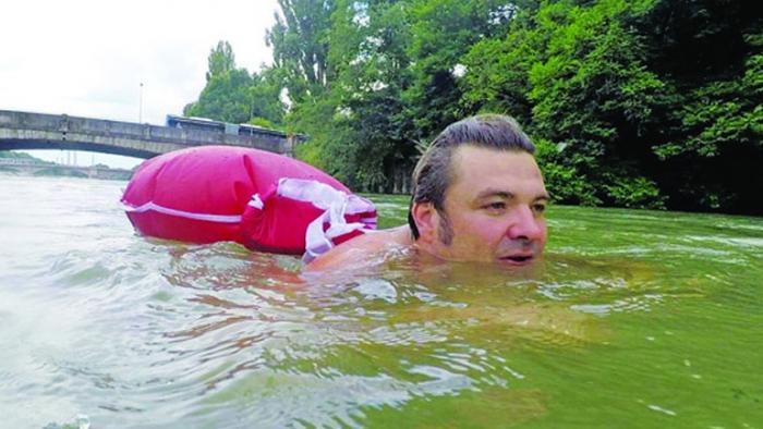 Επικός τύπος: Πάει… κολυμπώντας στη δουλειά του για να αποφύγει την κίνηση (vid) | Panathinaikos24.gr