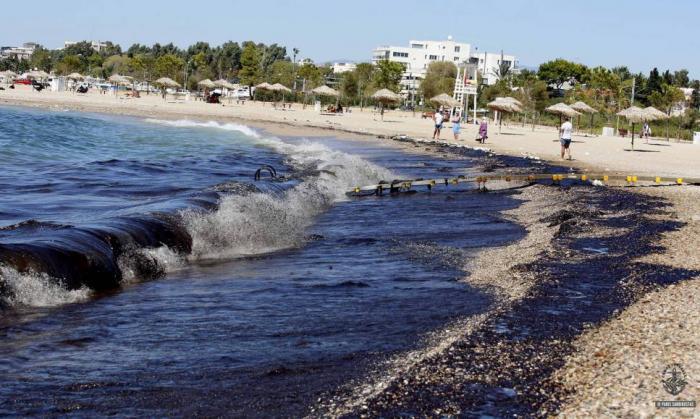 Πετρελαιοκηλίδα: Έφτασε μέχρι τις νότιες ακτές της Αττικής – «Μαύρισε» και η Γλυφάδα | Panathinaikos24.gr