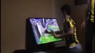 Οπαδός της Φενέρ τρελάθηκε από χαμένη ευκαιρία και έσπασε την τηλεόραση! (vid) | Panathinaikos24.gr