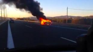 Ταξί πήρε φωτιά στην Αττική Οδό (vid)   Panathinaikos24.gr