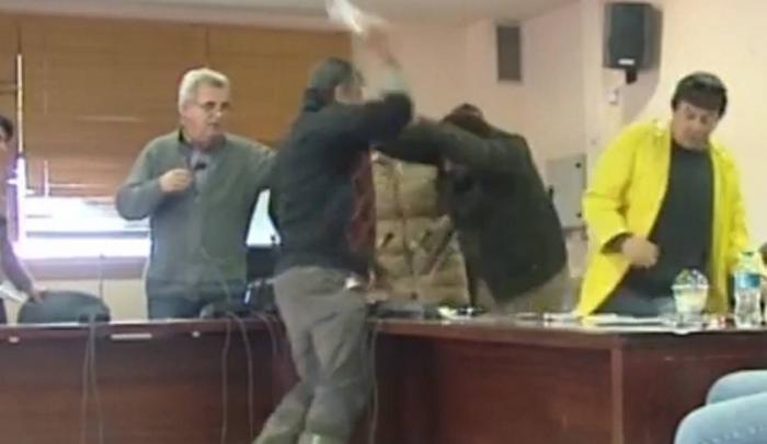 Βίντεο: Ξύλο και μπουνιές στο Δημοτικό Συμβούλιο Μάνδρας (vid)   Panathinaikos24.gr