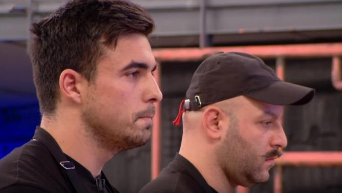 Η αγκαλιά του Ιούδα: Παίκτης του MasterChef αγκαλιάζει τον αντίπαλό του για να κοιτάξει κρυφά το πιάτο του (Vid) | panathinaikos24.gr