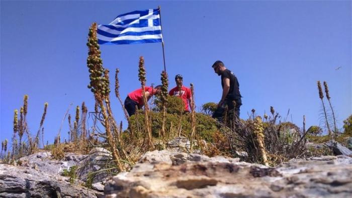 Με μπλούζες του Ολυμπιακού ύψωσαν την ελληνική σημαία στη νησίδα «Ανθρωποφάγος»! (pics)   Panathinaikos24.gr