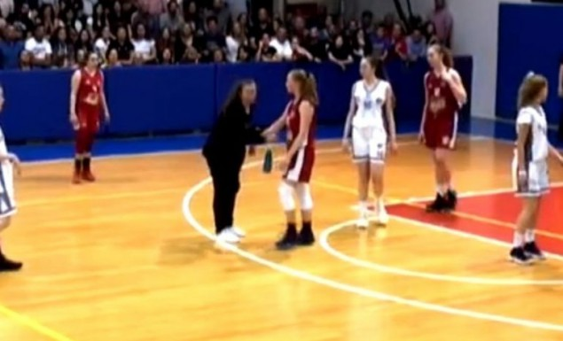 Απίστευτο κι όμως ελληνικό: Μητέρα έκανε… ντου στο γήπεδο και έδινε οδηγίες στην κόρη της (vid)   Panathinaikos24.gr