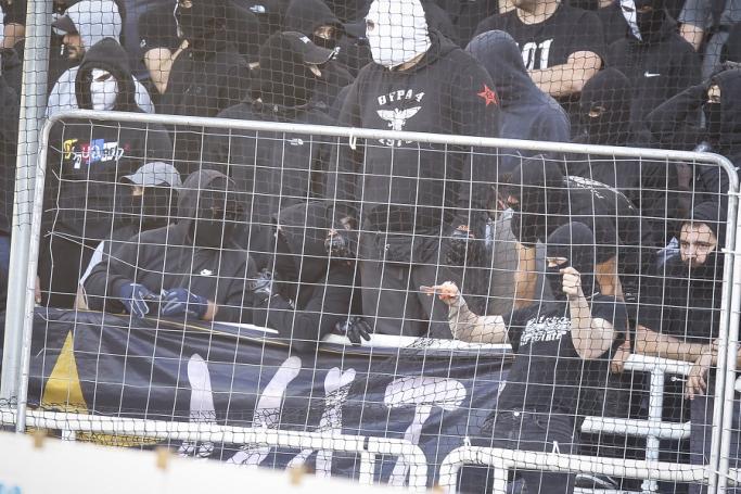 Απίστευτο: Οπαδός του ΠΑΟΚ σκίζει τα διαχωριστικά στο ΟΑΚΑ με πένσα! (pic) | panathinaikos24.gr