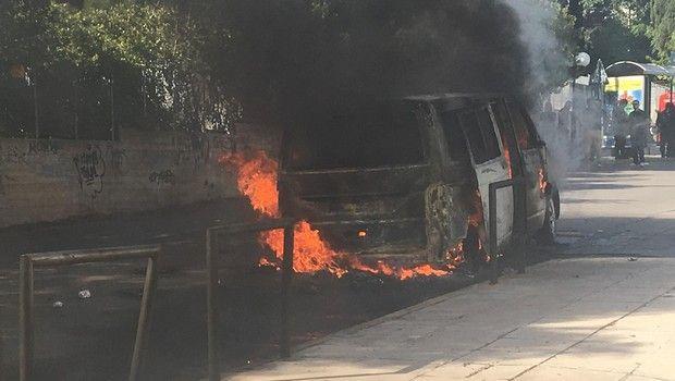 Ντου οπαδών της ΑΕΚ και φωτιά σε βαν που μετέφερε οπαδούς του ΠΑΟΚ στο ΟΑΚΑ (vid & pics) | panathinaikos24.gr
