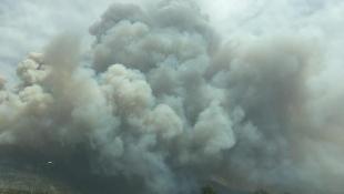 Συγκλονιστικές φωτογραφίες από την ανεξέλεγκτη φωτιά στην Κινέτα – Έφτασε στην Αθήνα ο καπνός! (pics)