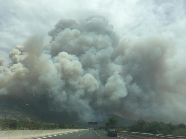 Συγκλονιστικές φωτογραφίες από την ανεξέλεγκτη φωτιά στην Κινέτα – Έφτασε στην Αθήνα ο καπνός! (pics) | panathinaikos24.gr