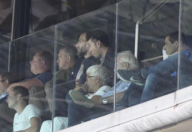 Μαζί με τον Νταμπίζα βλέπει τον αγώνα ο Πιτ Πιεμπονγκσάντ  – Φωτογραφίες από το φιλικό (pics) | panathinaikos24.gr