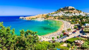 5 παραλίες που δεν βρίσκεις ξαπλώστρα ακόμα κι αν είσαι ο ιδιοκτήτης