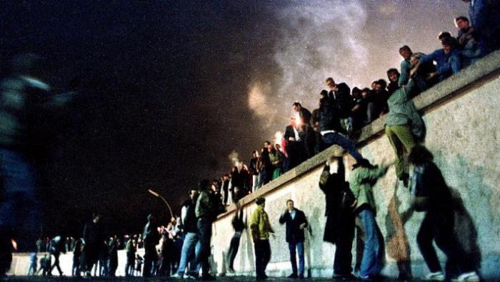 Το τηλεοπτικό γεγονός του αιώνα: Η γκάφα που έριξε κατά λάθος το Τείχος του Βερολίνου | panathinaikos24.gr