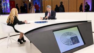 Η όμορφη ξανθιά παρουσιάστρια που γοητεύει το Ευρωκοινοβούλιο (pic)
