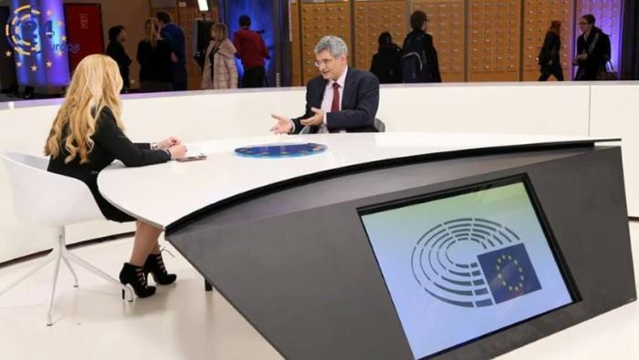 Η όμορφη ξανθιά παρουσιάστρια που γοητεύει το Ευρωκοινοβούλιο (pic) | panathinaikos24.gr