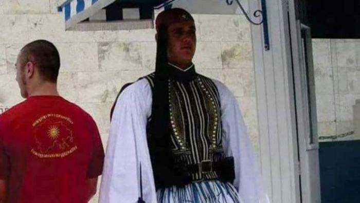 Σκοπιανός φορά μπλούζα της «Μεγάλης Μακεδονίας» δίπλα σε εύζωνα! (ΦΩΤΟ) | panathinaikos24.gr