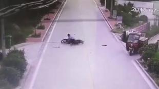 Απίθανο βίντεο: Μοτοσικλετιστής γλιτώνει από σύγκρουση, αλλά κάνει… θέατρο πως τραυματίστηκε (vid)