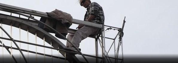 Απίστευτες φωτογραφίες: Άνθρωπος απειλούσε να αυτοκτονήσει και από κάτω τραβούσαν βίντεο γελώντας (pics) | panathinaikos24.gr