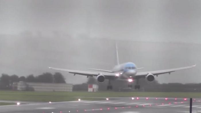 Μάγκας πιλότος προσγειώνει αεροπλάνο με ανέμους 112 χλμ την ώρα (ΒΙΝΤΕΟ)   panathinaikos24.gr