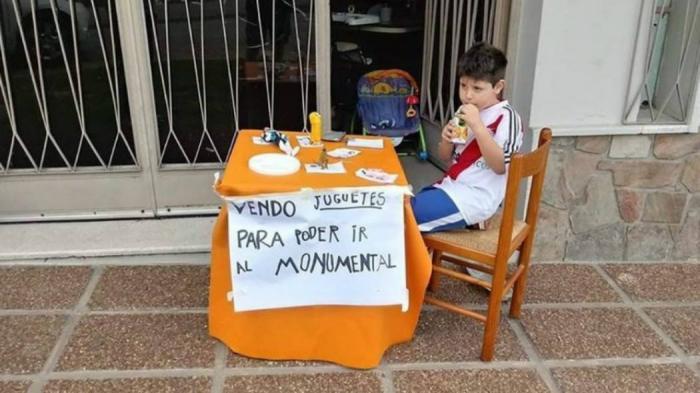 Πιτσιρικάς πουλάει τα παιχνίδια του για να δει από κοντά το Ρίβερ-Μπόκα! (pic) | panathinaikos24.gr