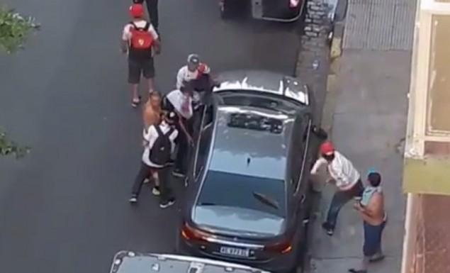 Ντοκουμέντο: Άτομα με φανέλες της Ρίβερ κλέβουν αυτοκίνητα μέσα στο χάος (vid) | panathinaikos24.gr