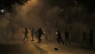 Πεδίο μάχης τα Εξάρχεια – «Βροχή» από μολότοφ (vid)