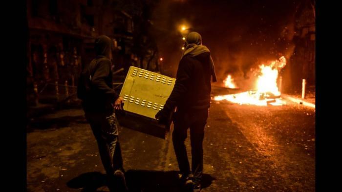 Μολότοφ, φωτιές και οδοφράγματα στα Εξάρχεια   panathinaikos24.gr