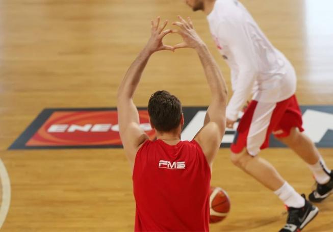 Μπήκε στο ΟΑΚΑ με καρδούλες και φιλάκια στην κερκίδα ο Μπόγρης! | panathinaikos24.gr
