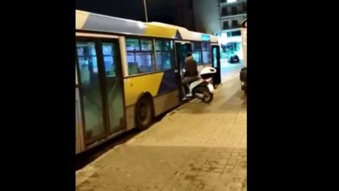 Λεωφορείο ΟΑΣΑ: Ένας… θεούλης μπήκε μέσα με το μηχανάκι (vid) | panathinaikos24.gr