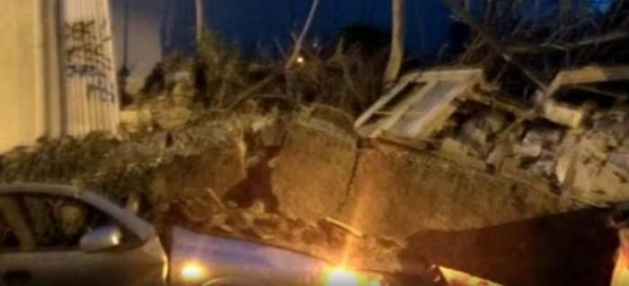 Κατέρρευσε σπίτι στο Γκάζι – Καταπλάκωσε δυο αυτοκίνητα (pics) | panathinaikos24.gr