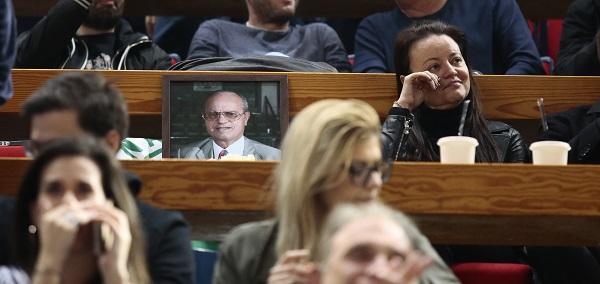 Δακρυσμένη η Κατερίνα Γιαννακοπούλου δίπλα στη φωτογραφία του Θανάση (pic) | panathinaikos24.gr