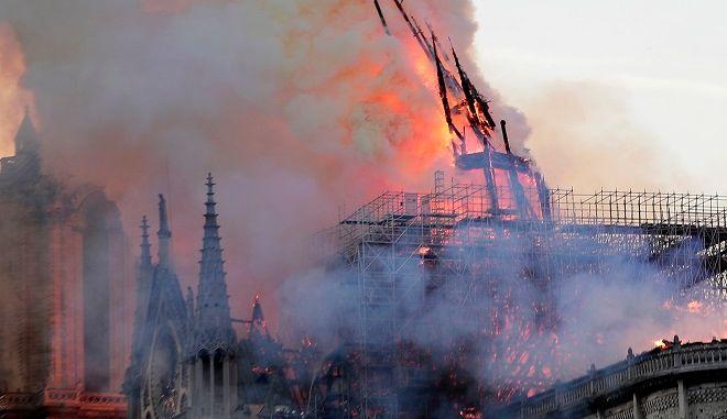 Φωτιά στην Παναγία των Παρισίων: Η στιγμή που πέφτει η κορυφή του καμπαναριού | panathinaikos24.gr