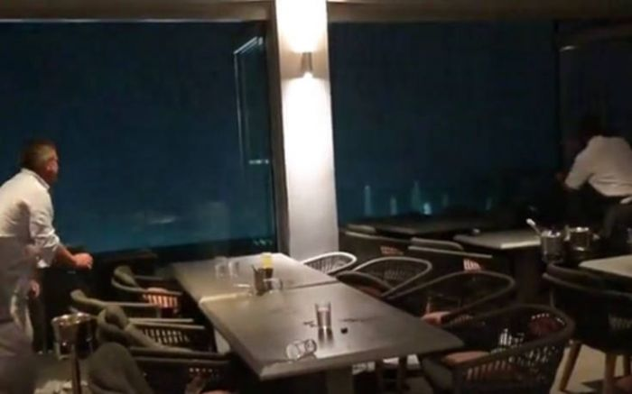 Συγκλονιστικό βίντεο: Η στιγμή που η καταιγίδα «χτυπάει» το εστιατόριο (vid) | panathinaikos24.gr