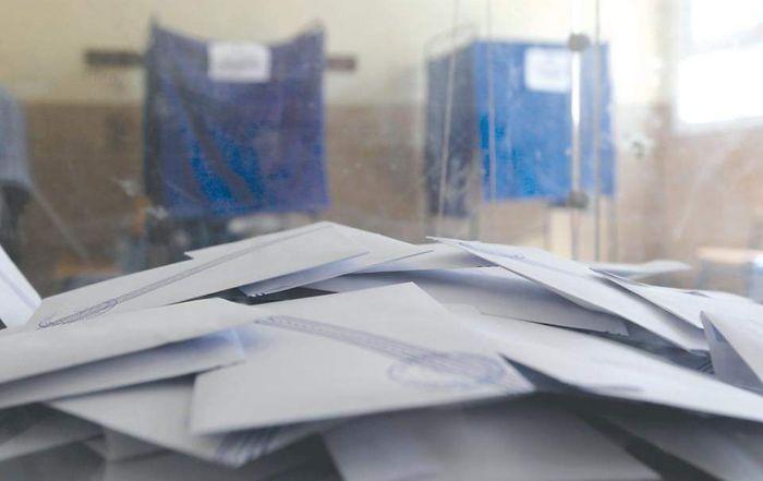 Εξάρχεια: Κουκουλοφόροι έκλεψαν κάλπη από εκλογικό τμήμα | panathinaikos24.gr