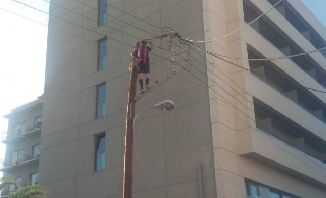 Απίστευτο: Άνδρας σκαρφάλωσε σε στύλο της ΔΕΗ στα Χανιά κι έπαιζε… μπάλα! (vid)   panathinaikos24.gr