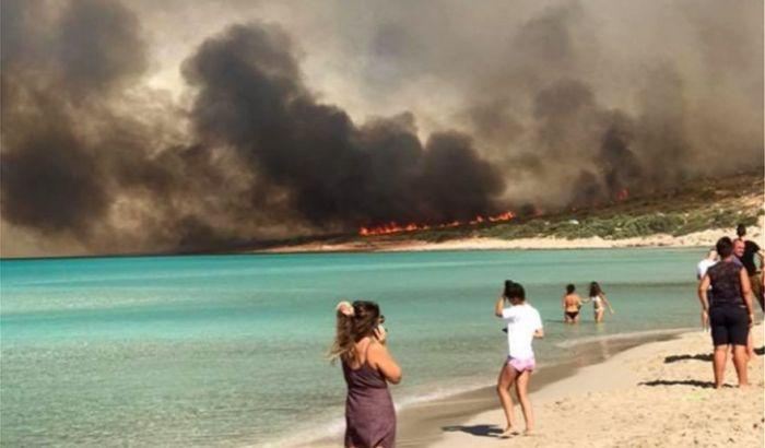 Αναζωπυρώθηκε η φωτιά στην Ελαφόνησο – Εκκενώθηκαν κάμπινγκ και ξενοδοχεία | panathinaikos24.gr