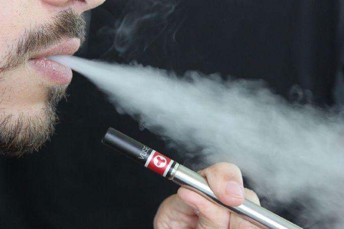 Ηλεκτρονικό τσιγάρο: Μυστηριώδης ασθένεια «θερίζει» τους ατμιστές | panathinaikos24.gr