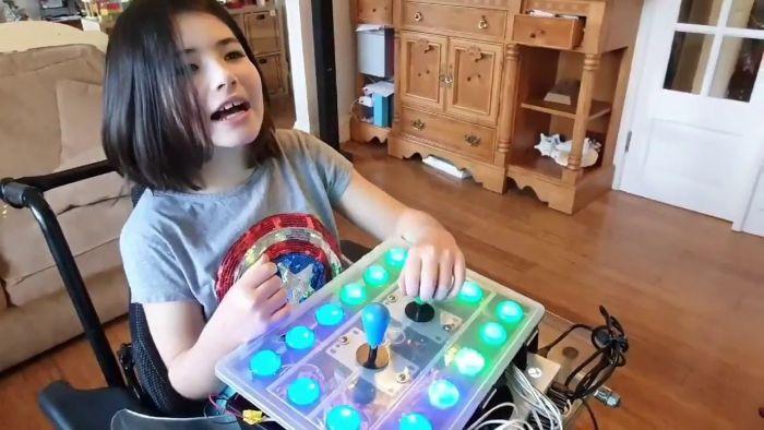 Πατέρας κατασκευάζει χειριστήριο videogame για την κόρη του που έχει κινητικά προβλήματα | panathinaikos24.gr