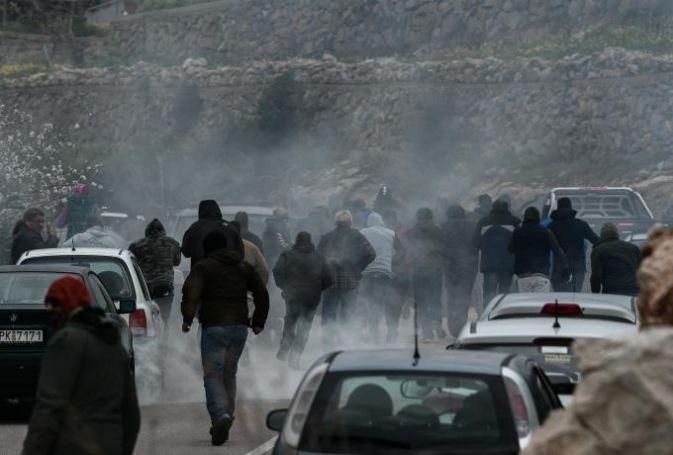 Χίος: Αποχώρησαν τα ΜΑΤ σπάζοντας αυτοκίνητα και αποκαλώντας τους Χιώτες τουρκόσπορους (vids) | panathinaikos24.gr