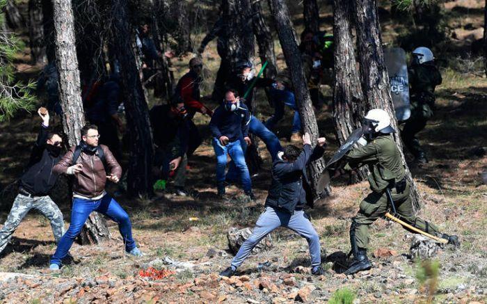Κάτοικοι έβγαλαν τα όπλα στη Λέσβο – Πυροβολούν με καραμπίνες αστυνομικούς | panathinaikos24.gr