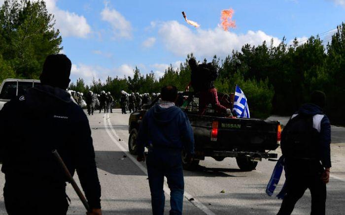 Συγκλονιστικές εικόνες από τη Λέσβο: Μολότοφ πάνω από αγροτικά και μάχες σώμα με σώμα στο δάσος | panathinaikos24.gr
