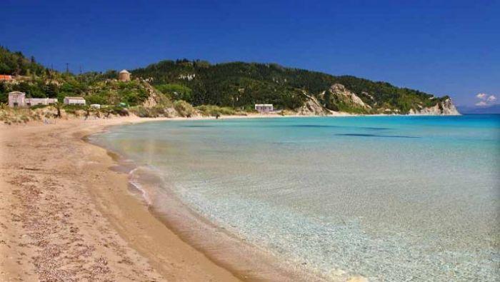 Χωρίς αυτοκίνητα και πολυκοσμία: Το νησί με τις κρυστάλλινες παραλίες που θα κάνεις μπάνιο μόνος σου (Pics) | panathinaikos24.gr