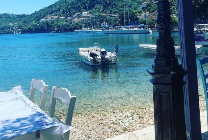 Θάλασσα-λάδι, ταβερνάκια στο νερό: Το χωριό –κόσμημα που ανακάλυψαν τελευταίοι οι Έλληνες τουρίστες (pics) | panathinaikos24.gr