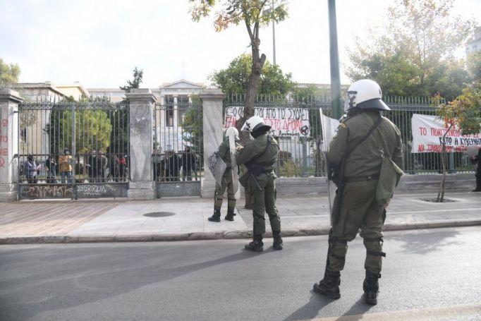 Πολυτεχνείο : ΜΑΤ περικύκλωσαν το κτίριο – 40 άτομα συγκεντρωμένα στο προαύλιο | panathinaikos24.gr