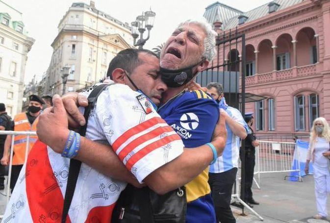 Αυτός ήταν ο Μαραντόνα για την Αργεντινή: αγκαλιασμένοι θρηνούν οπαδοί της Ρίβερ και της Μπόκα | panathinaikos24.gr