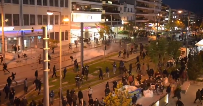 Νέα επεισόδια στη Νέα Σμύρνη ανάμεσα σε αστυνομία και διαδηλωτές (vid) | panathinaikos24.gr
