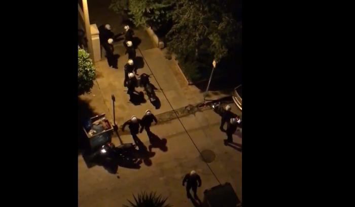 Νεο σοκαριστικό βίντεο: Αστυνομικοί χτυπούν νεαρούς και από τα μπαλκόνια τους αποδοκιμάζουν(vid) | panathinaikos24.gr
