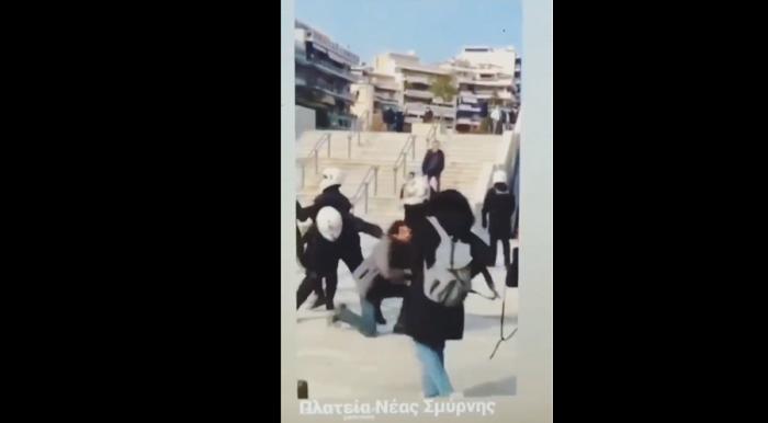Συγκλονιστικό βίντεο: Αστυνομικοί χτυπούν με λύσσα πολίτη στη πλατεία Νέας Σμύρνης (vid) | panathinaikos24.gr