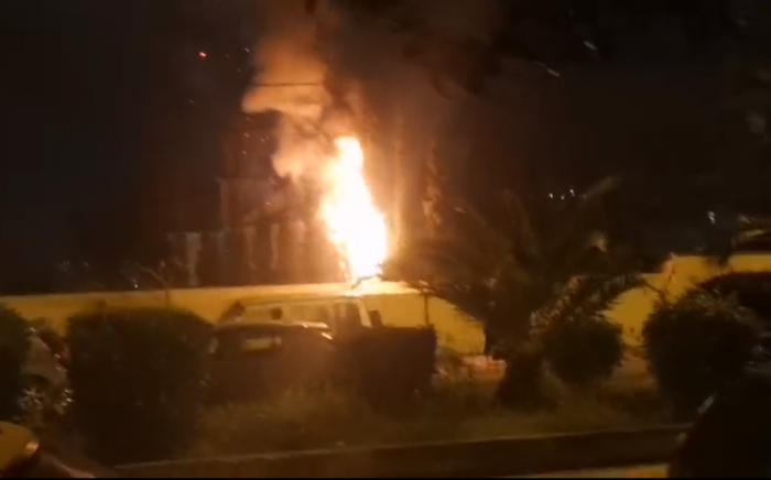 Επεισόδια και βροχή από μολότοφ στη Νέα Σμύρνη – Φωτιές σε κεντρικούς δρόμους! (vid)   panathinaikos24.gr