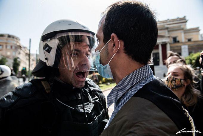 Αστυνομικός σε διαδηλωτή δικηγόρο: «Δικηγόρος της μάνας σου είμαι ρε, της πουτ@ν@ς» (vid) | panathinaikos24.gr
