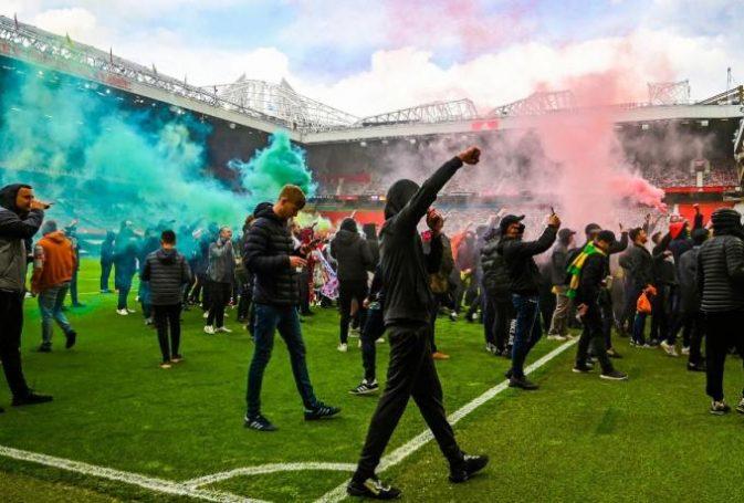 Οπαδοί της Γιουνάιτεντ εισέβαλαν στο Old Trafford και ζήτησαν την έξοδο των Γκλέιζερ από το club (vids) | panathinaikos24.gr